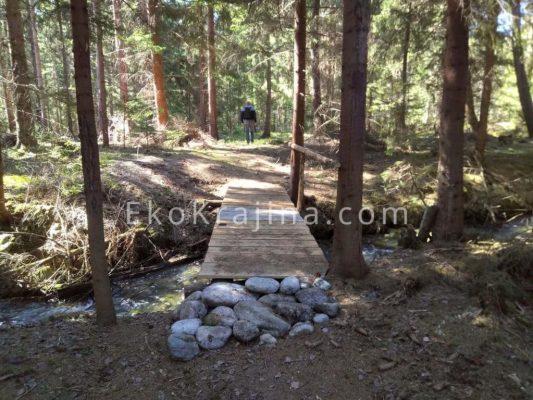 Nová lavička cez bystrinu